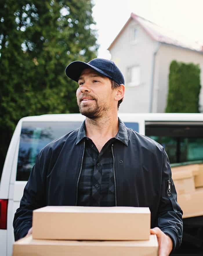 Chófer de ByExpress realizando una entrega puerta a puerta