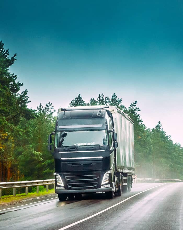 camión realizando una ruta por carretera
