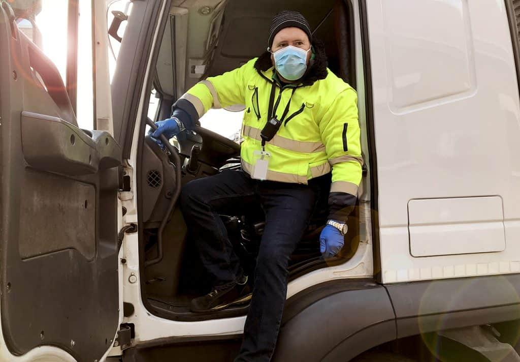 Camionero con equipo de protección COVID